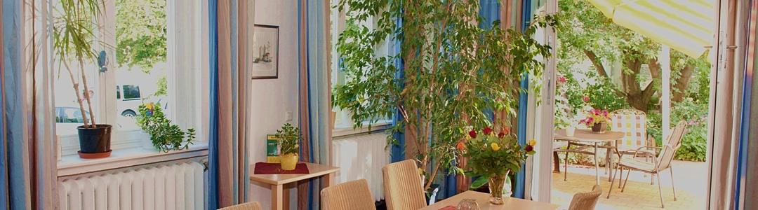 Blick durch den Aufenthaltsraum in den Garten der Mainzer Palliativstation